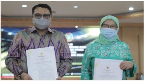 Sekdaprov Sumut R Sabrina didampingi Ketua menerima Surat Keputusan (SK) penetapan tuan rumah PON XXI Tahun 2024.