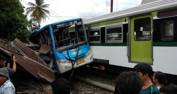 Tabrakan kereta api bandara dengan trasn Padang,Rabu (13/1)