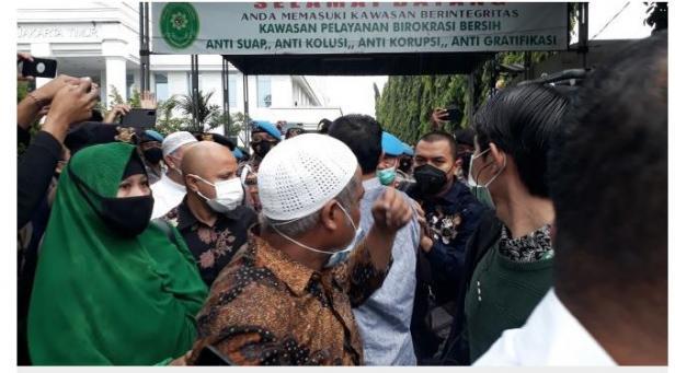 Suasana di depan PN Jakarta Timur