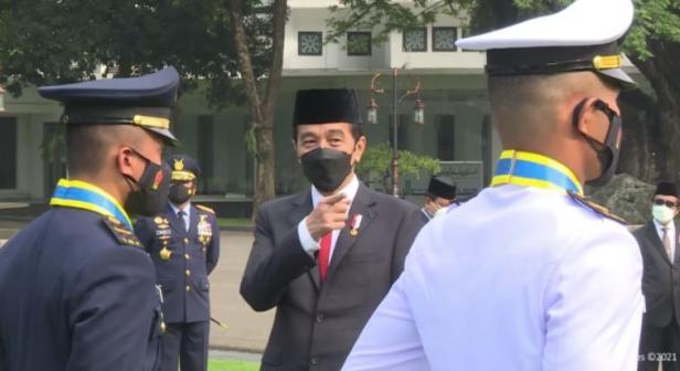 Presiden Jokowi berbincang dengan penerima Adhi Makayasa, pada Praspa TNI-Polri Tahun 2021, Selasa (13/07/2021) pagi, di Halaman Istana Merdeka, Jakarta.