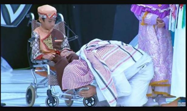 Syekh Ali Jaber yang mencium kaki Hafiz Cilik