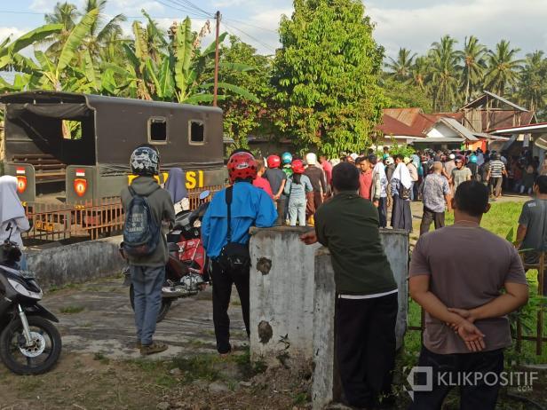 Tim Densus 88 saat mengamankan seorang pria DP di Payakumbuh, Rabu (11/3) sore.
