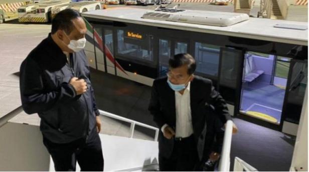 Ketua Yayasan Museum Internasional Sejarah Nabi Muhammad SAW dan Peradaban Islam, Komjen Pol (Purn) Syafruddin, menyambut Ketua Dewan Pembina Yayasan Museum, Jusuf Kalla (JK) di tangga pesawat untuk menuju ke Riyadh, Arab Saudi, Jumat (23/10) tengah malam.