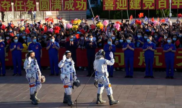 Tiga astronaut China, dari kiri: Tang Hongbo, Liu Boming, dan Nie Haisheng sebelum naik pesawat antariksa Shenzou-12 di fasilitas peluncuran Jiuquan, China Kamis (17/6)