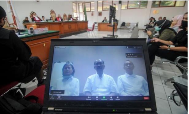 Majelis Hakim Pengadilan Negeri Bandung menjatuhkan vonis hukuman dua tahun penjara pada tiga petinggi Sunda Empire