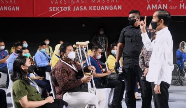 Presiden Jokowi meninjau vaksinasi massal bagi pelaku sektor jasa keuangan, di Tennis Indoor Senayan, Jakarta, Rabu (16/06/2021).