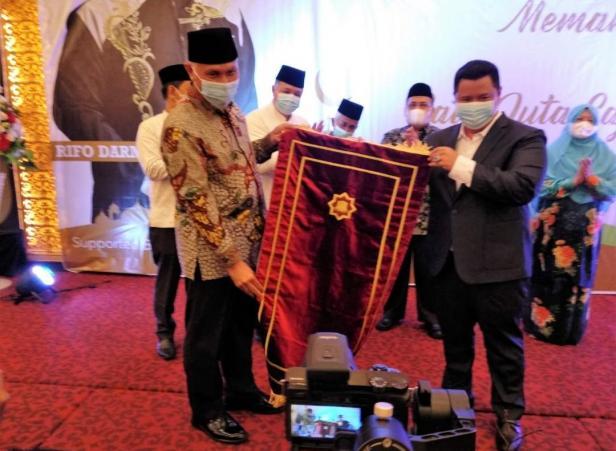 Gubernur Sumbar, Mahyeldi dan tokoh rantau, Rifo Darma Saputra melaunching gerakan sejuta sajadah di UPI Padang