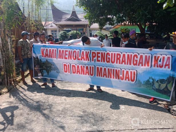 Puluhan petani KJA Maninjau datangi Kantor Camat Tanjung Raya