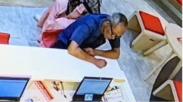 Foto rekaman CCTV yang menunjukkan terduga pelaku pencurian nomor ponsel milik wartawan senior Ilham Bintang, di gerai Indosat, Bintaro Jaya Xchange