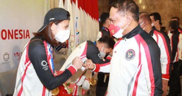 Menteri Pemuda dan Olahraga Republik Indonesia (Menpora RI) Zainudin Amali menyambut kedatangan peraih medali emas ganda putri Indonesia Greysia Polii/Apriyani Rahayu