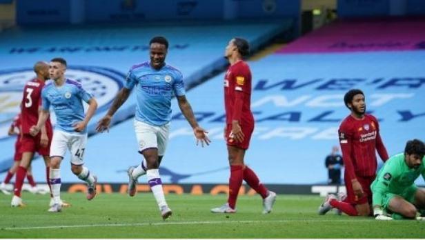 Pemain Manchester City Raheem Sterling (tengah) merayakan golnya ke gawang Liverpool dalam lanjutan Liga Inggris di Etihad Stadium