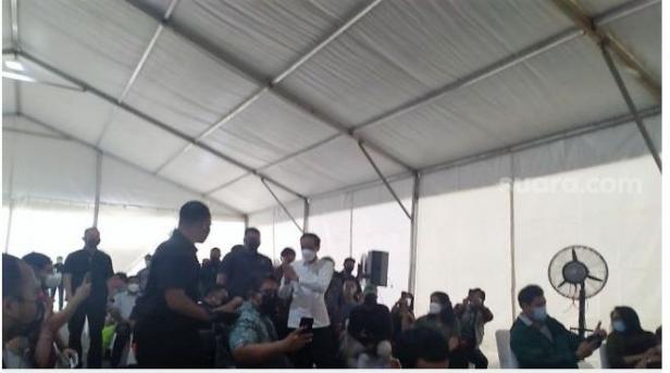 Presiden Joko Widodo meninjau proses vaksinasi wartawan di GBK, Senayan Jakarta, sekira pukul 09.00 WIB