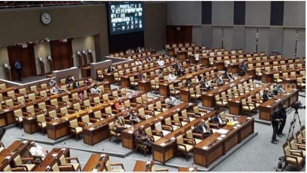 Penampakan anggota DPR di ruang rapat paripurna jelang pengesahan Rancangan Undang-Undang Cipta.