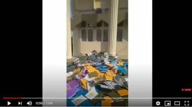 Video tumpukan skripsi dibuang di halaman kampus