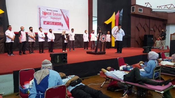 Walikota Padang Mahyeldi Ansharullah menyampaikan sambutan pada kegiatan Donor Darah yang dilaksanakan PT Semen Padang di Gedung Serba Guna Semen Padang, Rabu, 22 Juli 2020.