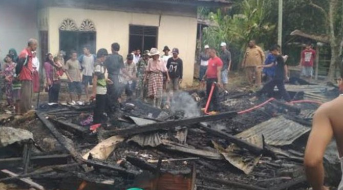 Kondisi rumah warga yang terbakar di Bayang