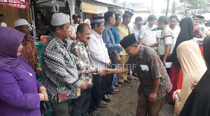 Bupati Padang Pariaman Ali Mukhni saat menyerahkan bantuan kepada 11 keluarga korban bencana kebakaran