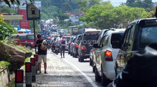 Kepadatan arus lalu lintas di kawasan Batagak Jalan Raya Padang-Bukittinggi pada Selasa, 27 Juni 2017