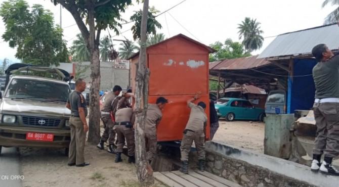 Petugas Pol PP Damkar Pessel menertibkan lapak PKL