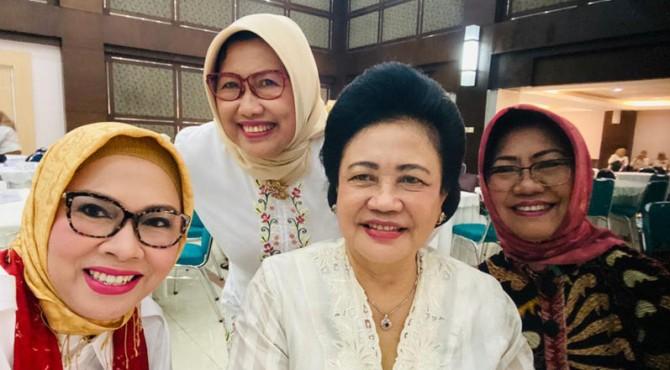 Juru bicara (jubir) Anies Baswedan-Sandiaga Uno (Anies-Sandi), Edriana, SH, MA bersama Kakak Prabowo Subianto, Ibu Maryani Djojohadikusumo berdiskusi membahas peran perempuan dalam politik