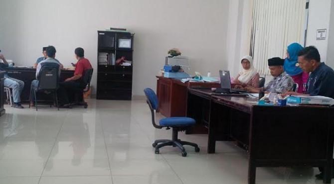 Sejumlah pegawai Pemkab Pasaman sedang bekerja di ruangannya.