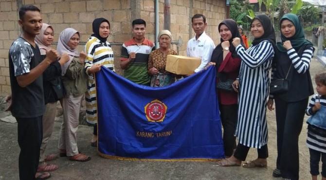 Penyerahan bantuan paket sembako dari Karang Taruna Sopan Santu BAJA kepada salah seorang lansia.