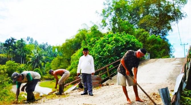 Warga Nagari Koto Dalam Barat goro memperbaiki jembatan rusak