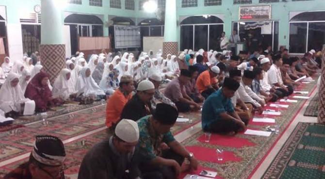 Forum Anak Nagari Pauh IX bersama tokoh masyarakat dan Pemerintah Kota Padang menyelenggarakan kegiatan dzikir dan doa bersama untuk keselamatan Wendi Rakhadian