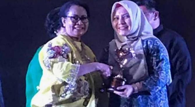 Menteri Pemberdayaan Perempuan Perlindungan Anak Prof. Dr. Yohana Susana (kiri) saat menyerahkan penghargaan kepada Pemkab Pasbar yang diwakili oleh Kepala DPPKBP3A Pasbar dr Anna Rahmadia.