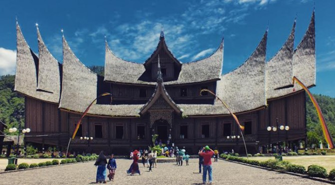Wisatawan tengah mengabadikan objek wisata Istano Basa Paguruyuang