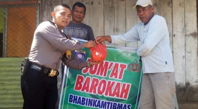 Bhabinkamtibmas Kelurahan Pulai Anak Air Polsek Bukittinggi Bripka Prima Febriansyah serahkan makanan gratis kepada warga