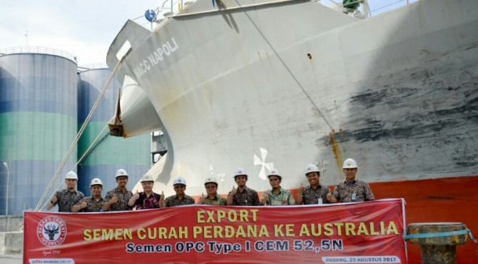 Direktur Komersial Semen Padang bersama staf dan karyawan foto bersama di saat pelepasan eksport semen ke Australia