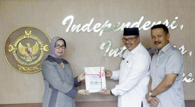 Wako Solok H. Zul Elfian didampingi ketua DPRD Yutriscan menerima penghargaan Opini WTP dari Kepala BPK RI Perwakilan Sumbar, Eliza.