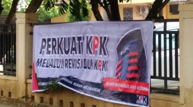 Spanduk yang terpasang di pagar bagian luar Dinas PUPR Kota Payakumbuh.