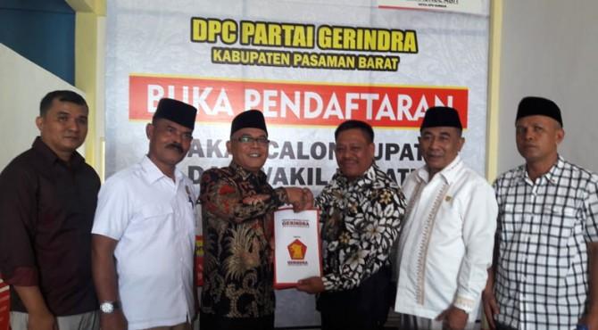 Bupati Yulianto saat menerima formulir pendaftaran dari Ketua DPRD Pasbar, Parizal Hafni (Fraksi Partai Gerindra) di kantor DPC Partai Gerindra Pasbar