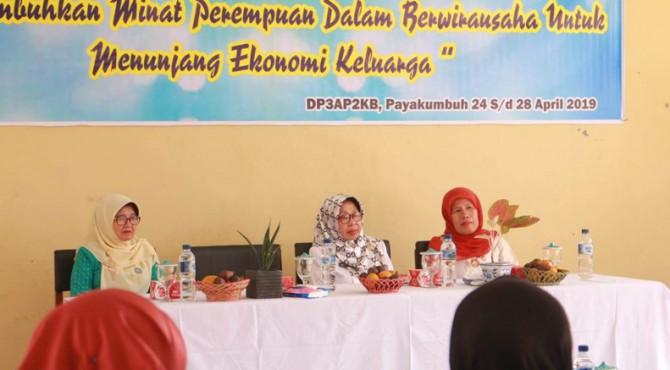 Pembukaan pelatihan keterampilan menjahit untuk ibu-ibu di Payakumbuh.