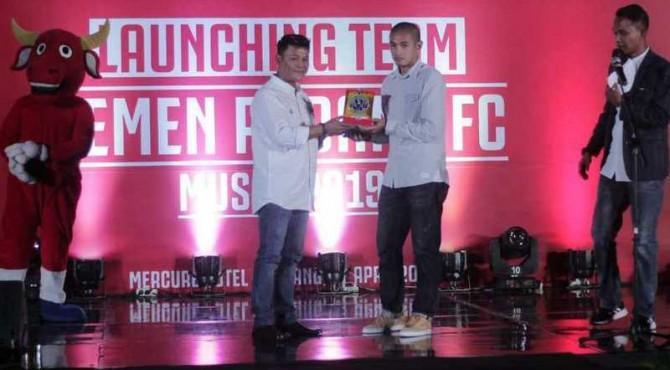 Hengki Ardiles menerima penghargaan Life Achievement dari Semen Padang FC.