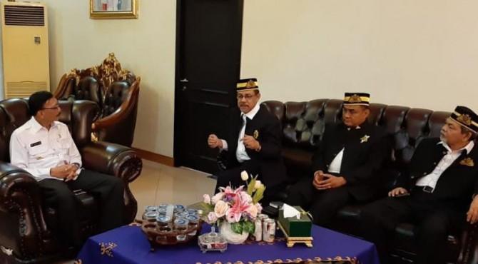 Bupati Pesisir Selatan, Hendrajoni mendapat kujungan dari Kesultanan Kelantan Malaysia di rumah dinasnya, Rabu 10 April 2019.