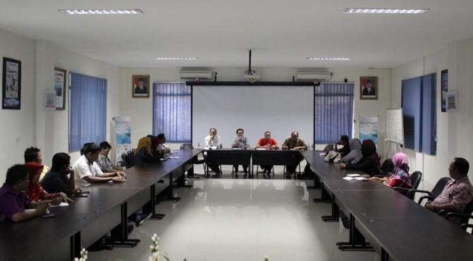 Forum Group Discussion di Adinegoro Room, Gedung Graha Pena, Padang, Kamis sore.