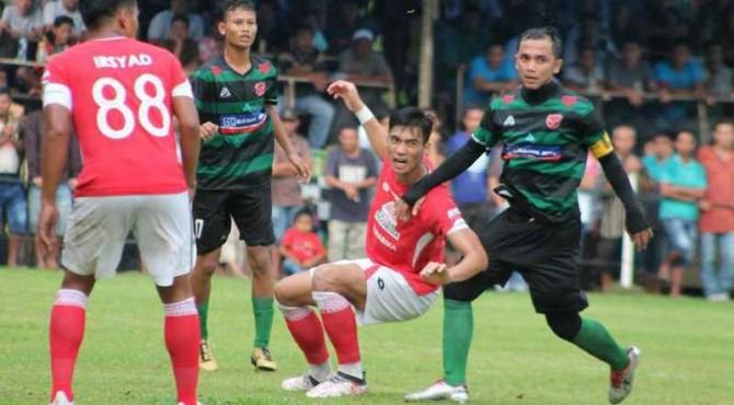 Pemain Semen Padang FC berebut bola dengan pemain Persitas FC.