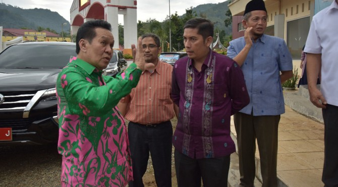 Wali Kota Sawahlunto Deri Asta Saat Berbincang Dengan Herman Nawas di Pasar Songket Muaro Kalaban
