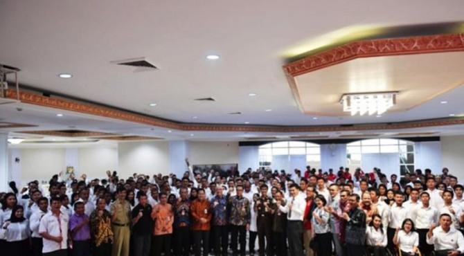 Sebanyak 286 CPNS Formasi Khusus Olahragawan Berpestasi menerima Surat Keputusan (SK) CPNS Kemenpora yang diserahkan langsung oleh Menpora, Imam Nahrawi, di Wisma Kemenpora, Senayan, Jakarta.
