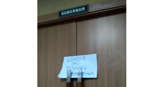 Ruang kerja Gubernur Sumbar Irwan Prayitno disegel mahasiswa