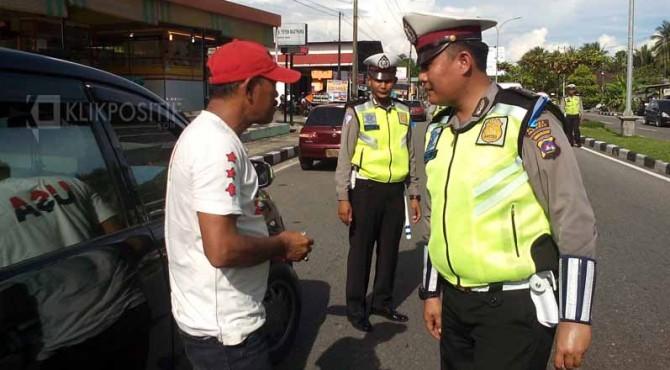 Petugas dari Satlantas Kota Pariaman memperingati pengendara saat Operasi Patuh Singgalang 2017.