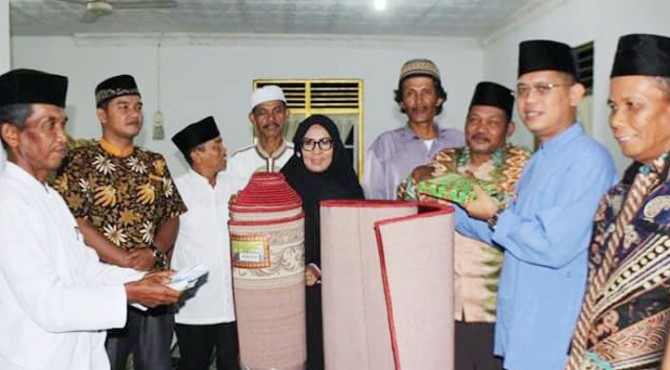 Wabup Pasaman foto bersama usai serahkan bantuan pada pengurus Masjid Jami, Lubuk Sikaping, Pasaman