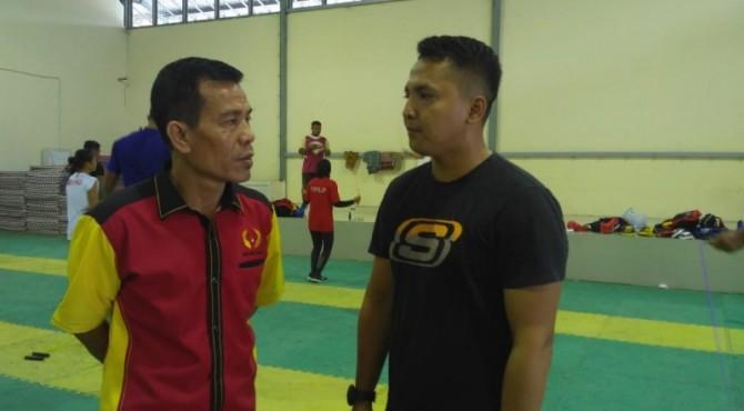 Ketua KONI Sumbar Syaiful meninjau latihan Muaythai di GSG KONI Sumbar