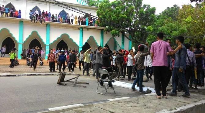 Aksi protes mahasiswa IAIN Imam Bonjol Padang setelah rekan mereka dianiaya oleh petugas keamanan kampus