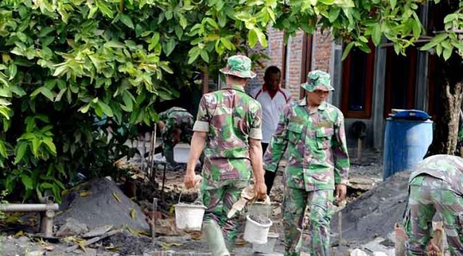 ilustrasi: Personel TNI menjalankan program RTLH