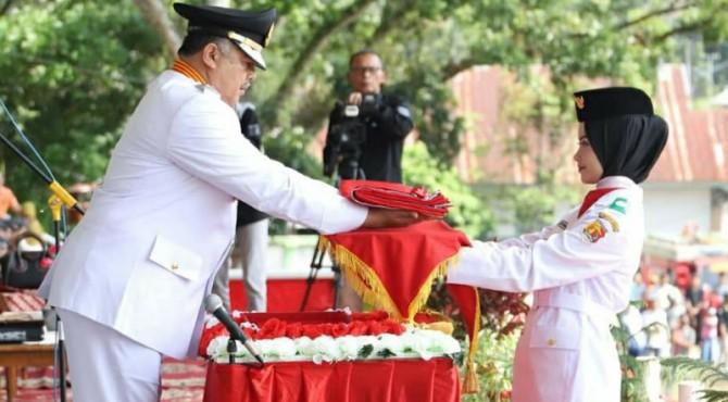 Wako Solok Zul Elfian menyerahkan bendera kepada pembawa Baki Paskibra kota Solok