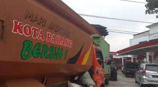 Kendaraan petugas kebersihan Kota Padang tengah antre di SPBU akibat kelangkaan BBM
